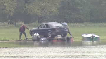 Akcja ratowania samochodów na Dolnym Śląsku. Zbudowali tratwę z beczek