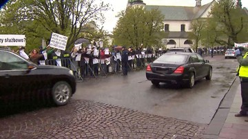 """18-04-2017 19:33 """"Stop upartyjnianiu Wawelu"""". Milczący protest podczas obchodów 7. rocznicy pogrzebu Lecha i Marii Kaczyńskich"""