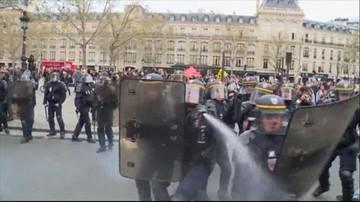 14-04-2016 21:49 Kamieniami i krzesłami w policję. Francuzi nie chcą pracować 48 godzin w tygodniu