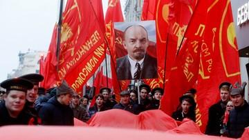 Flagi ZSRR, portrety Lenina i Stalina. Komuniści świętowali w Moskwie setną rocznicę przewrotu bolszewików