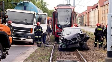 Kilka samochodów, ciężarówka i tramwaj zderzyły się w Gdańsku. Są ranni