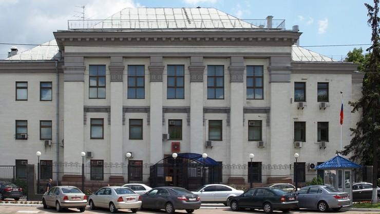 """""""Rosyjskie świnie, nie chcemy was tutaj"""". Ambasada Rosji w Kijowie ostrzelana fajerwerkami"""