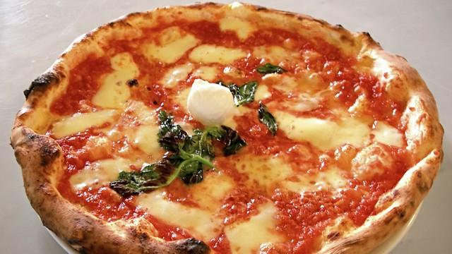 Włochy - burza wokół napisu o wyłącznie włoskim personelu restauracji
