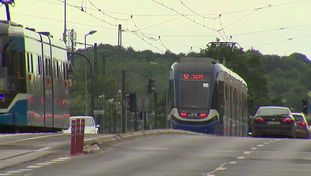 Kraków: śledztwo ws. zranienia nożem nastolatka w tramwaju