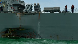 Niszczyciel USA uszkodzony po kolizji z tankowcem zawinął do Singapuru