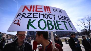 """04-03-2017 15:25 """"Nie możemy poddawać się w walce"""". Manifestacja przeciw dyskryminacji kobiet w Krakowie"""