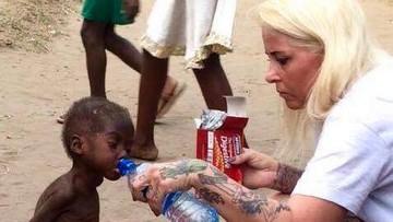 13-12-2016 20:17 Na słynnym zdjęciu poiła wodą chłopca z Nigerii. Została najbardziej inspirującą osobą na świecie