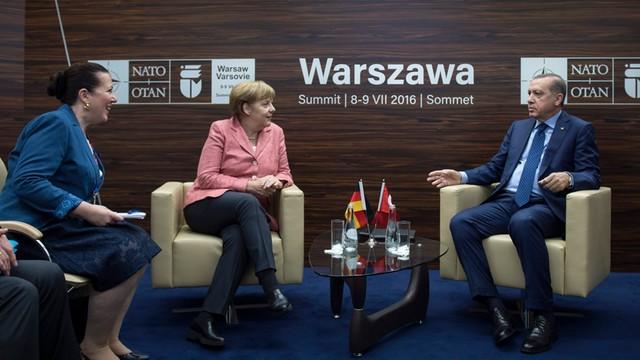 Długa rozmowa Merkel z Erdoganem w Warszawie - stosunki Turcja-Niemcy nadal napięte