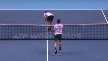 2017-11-12 Federer zepsuł dziecinnie łatwą piłkę! Rywal wypiął się tyłem do siatki (WIDEO)