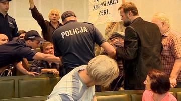 Mężczyzna strącił policjantowi czapkę, chciał zabrać mu broń. Awantura w Sądzie Najwyższym