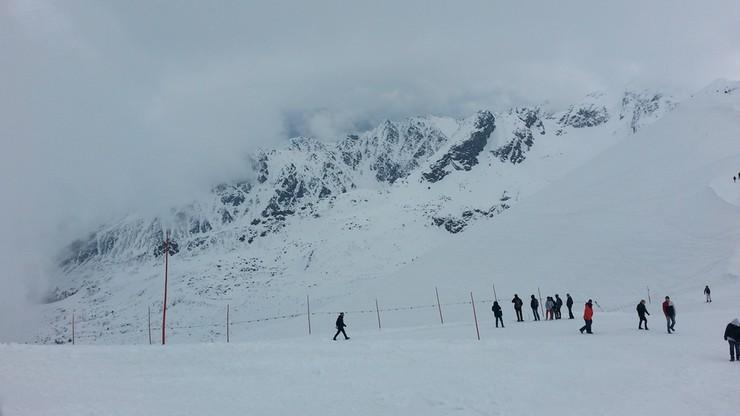 Akcja ratunkowa w Tatrach. Turyści wyszli w góry bez raków i ześlizgnęli się z przełęczy