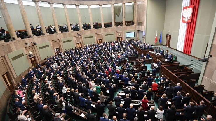 48 proc. Polaków dobrze ocenia prezydenta. Połowa badanych ma negatywną opinię o rządzie Beaty Szydło
