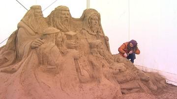 Szopka bożonarodzeniowa z piasku powstaje w Gdańsku. Rzeźbiarze użyli 90 ton materiału