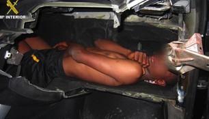 Emeryt ukrył dziecko w desce rozdzielczej auta. Próbował przemycić je do Hiszpanii