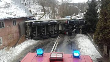 Autobus w rowie, przewrócony tir. Fatalne warunki drogowe. Alert pogodowy