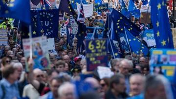 """""""Polacy nie żyją już w W. Brytanii, lecz w państwie pustki"""". Kilkadziesiąt tysięcy osób protestowało przeciw Brexitowi"""