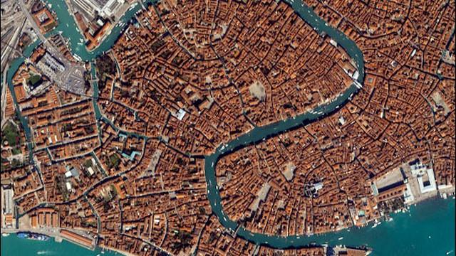 Gondolierzy z Wenecji proponują składkowe przejażdżki