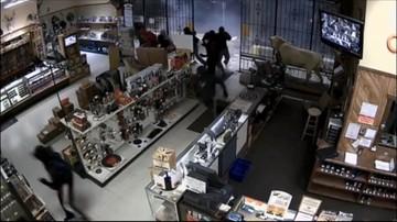 03-03-2016 11:16 USA: włamanie do sklepu z bronią - jak z filmu