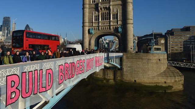 Londyn: protest przeciwko Trumpowi - wielki transparent na Tower Bridge