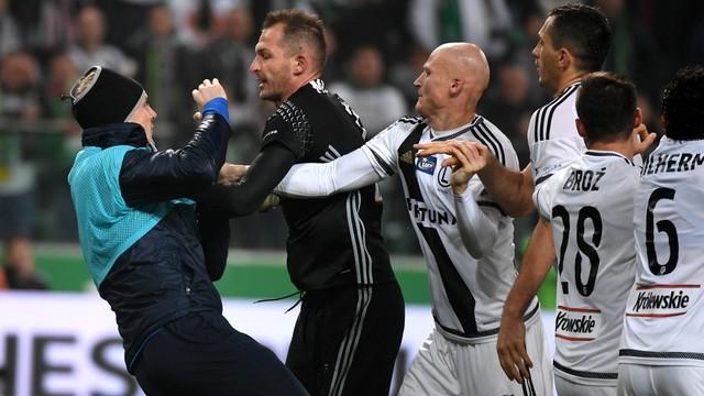 Horror i przepychanka w meczu kolejki. Legia – Lech 2:1