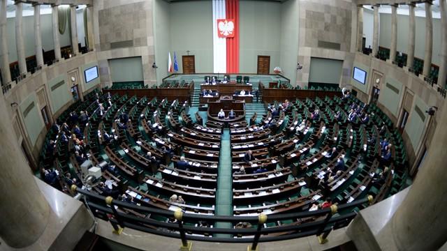 Sejm: Umowa o pracę - na piśmie, przed podjęciem zatrudnienia