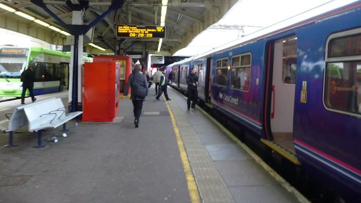 Panika w zatłoczonym pociągu w Londynie. Mężczyzna czytał na głos Biblię