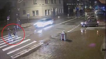 13-12-2016 09:52 Groźny wypadek w Pruszkowie. Dwie nastolatki potrącone na pasach