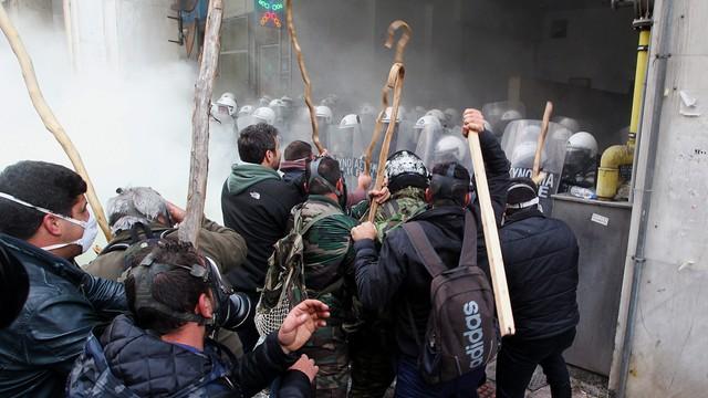 Grecja: starcia policji z protestującymi w Atenach rolnikami