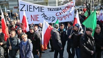"""16-03-2016 11:20 Ludowcy wyszli na ulice. Marsz """"w obronie polskiej ziemi"""""""