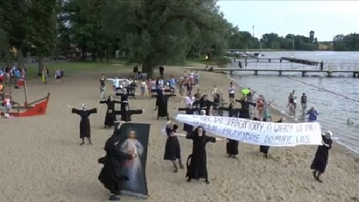 Siostry zakonne tańczące na plaży hitem internetu