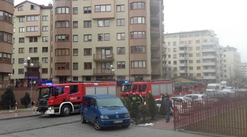 2017-02-26 Akcja straży pożarnej na warszawskim osiedlu. Mieszkańcy wyczuli zapach dymu