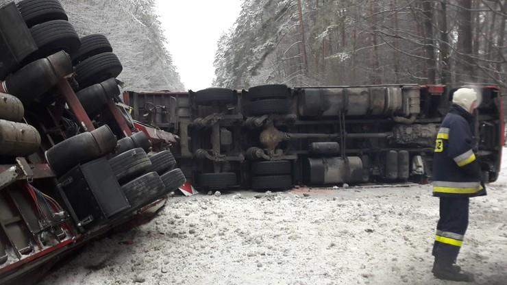 Przewrócony tir zablokował drogę wojewódzką niedaleko Narola (Podkarpackie)