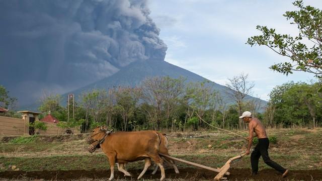 Indonezja: odwołane loty z powodu erupcji wulkanu Agung