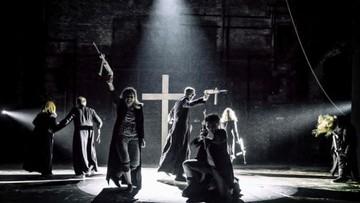 Seks oralny z figurą Jana Pawła II. Afera po premierze w Teatrze Powszechnym