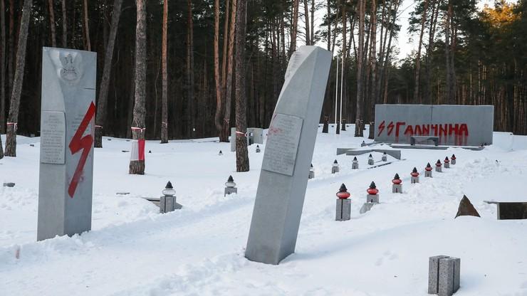 """Napisy """"SS Galizien"""", """"OUN-UPA ku...a"""" na cmentarzu w Bykowni"""