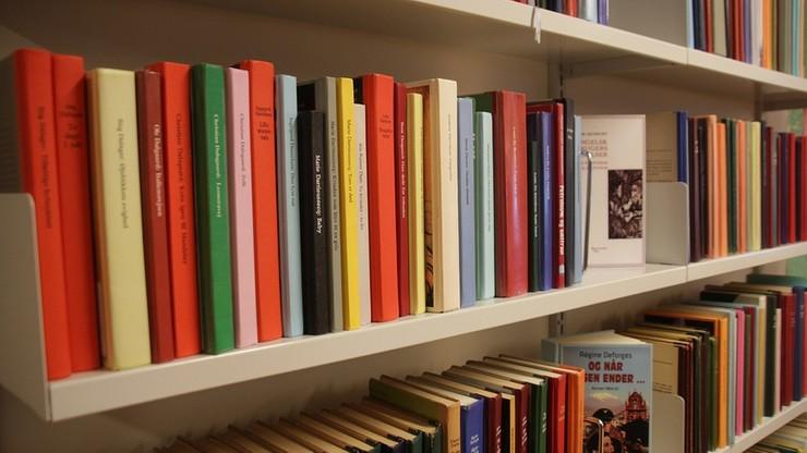 Kradli książki z drukarni i sprzedawali na aukcji. Konto założyli na osobę z rodziny