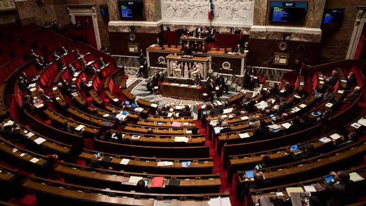 Po atakach terrorystycznych Francuzi zmieniają konstytucję