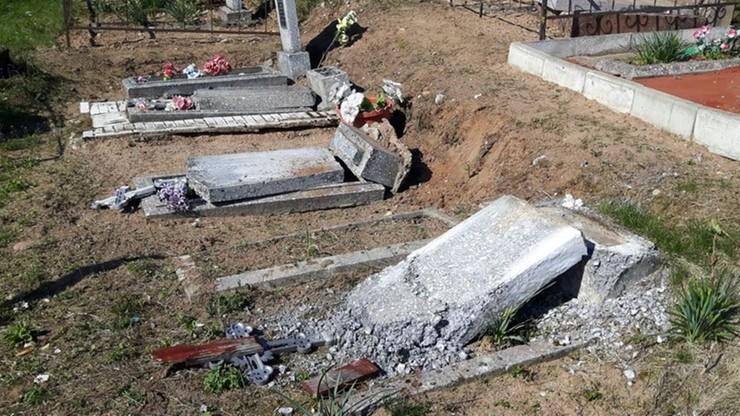 Zdewastowali ponad sto nagrobków. Szukali na cmentarzu... cukierków