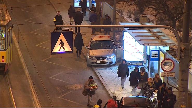 Auto wjechało w przystanek autobusowy w Warszawie