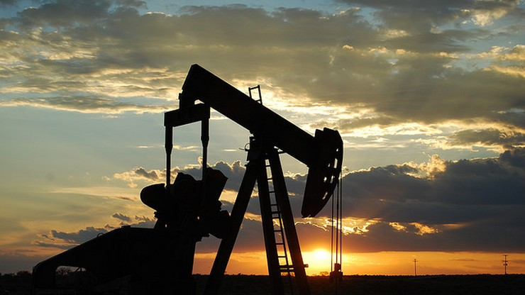 Jest zgoda na obniżenie wydobycia ropy. Jej cena szybuje w górę