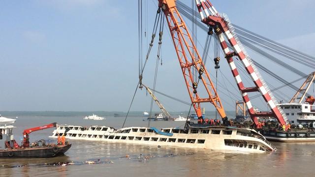 Chiny: wrak statku na rzece Jangcy przywrócony do pionu