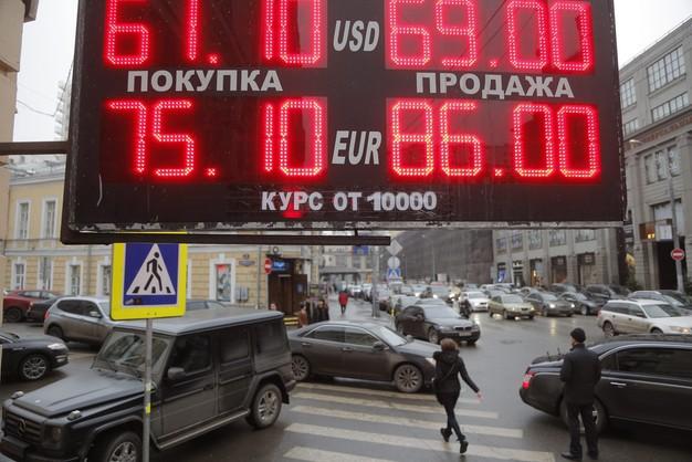 Czarny wtorek w Moskwie: dolar po 80, euro - po 100 rubli
