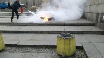"""19-10-2017 22:29 Podpalił się przed Pałacem Kultury. """"Trzeba zmienić tę władzę"""" - napisał w ulotkach"""