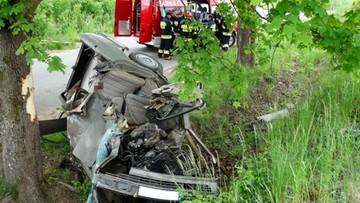 27-05-2016 08:37 Śmiertelny wypadek na Pomorzu. Mercedes wbił się w drzewo