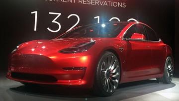 """03-07-2017 18:19 To ma być pierwsze auto elektryczne """"dla każdego"""". W piątek Tesla 3 ujrzy światło dzienne"""