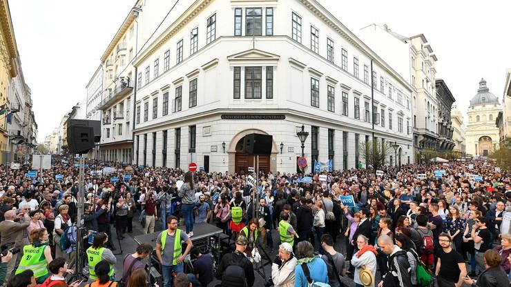 Żywy łańcuch w Budapeszcie. W proteście przeciwko ustawie o szkolnictwie wyższym