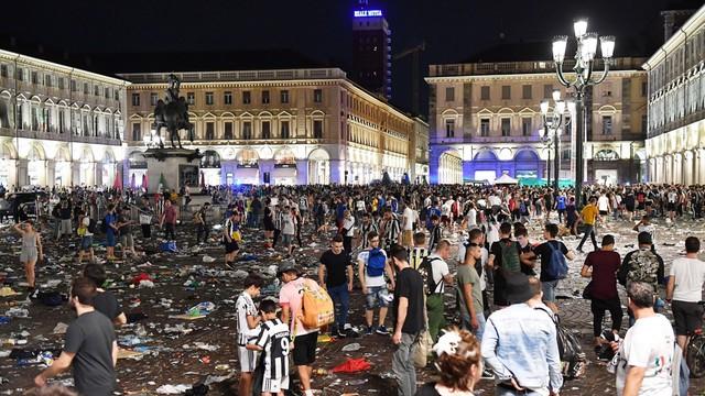 Panika wśród kibiców w Turynie, około 600 rannych