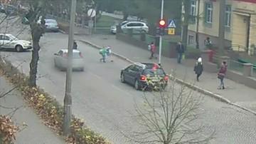 2017-11-17 Prawo jazdy miał od miesiąca, przewie przejechał dzieciom po nogach na czerwonym świetle