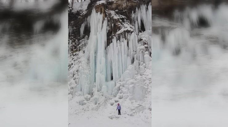 Lodospad w Rudawce Rymanowskiej. Ze skał zwisają lodowe organy
