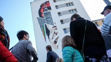 21-04-2016 22:05 David Bowie na muralu w Warszawie